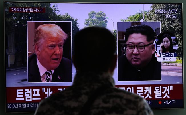 趕在本月底的二次金習會前,南韓忍痛答應分攤美國駐韓軍費。圖為首爾民眾在街頭看川普總統9日表示與金正恩見面。(美聯社)