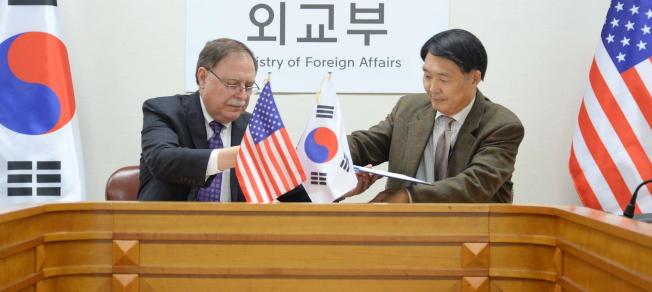 南韓談判代表張元三(右)和美國談判代表貝茲(左),10日在南韓外交部草簽防衛費分攤協定。(歐新社)