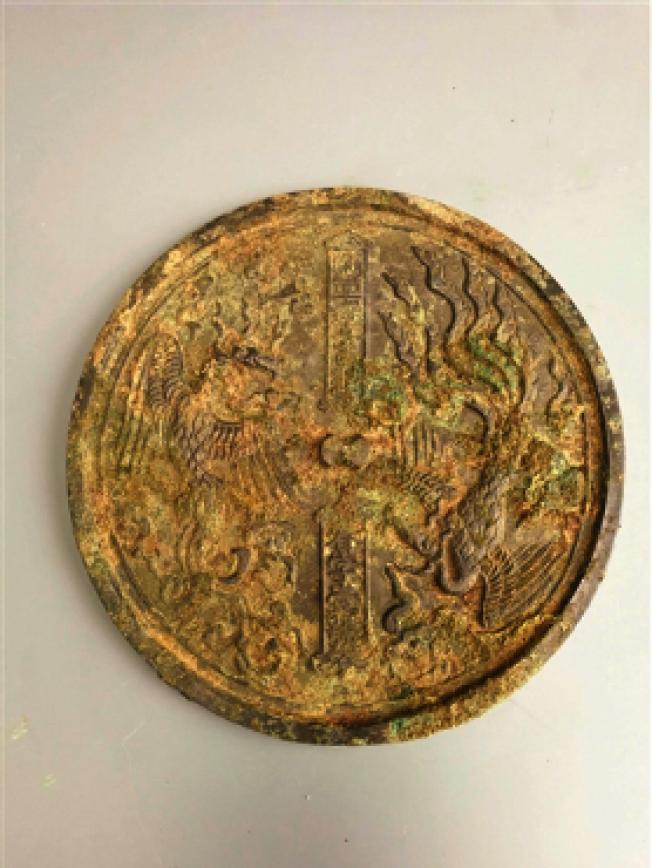 臨安公主墓中出土的銅鏡,當中清晰可見「春字一號」字樣。(央視網)