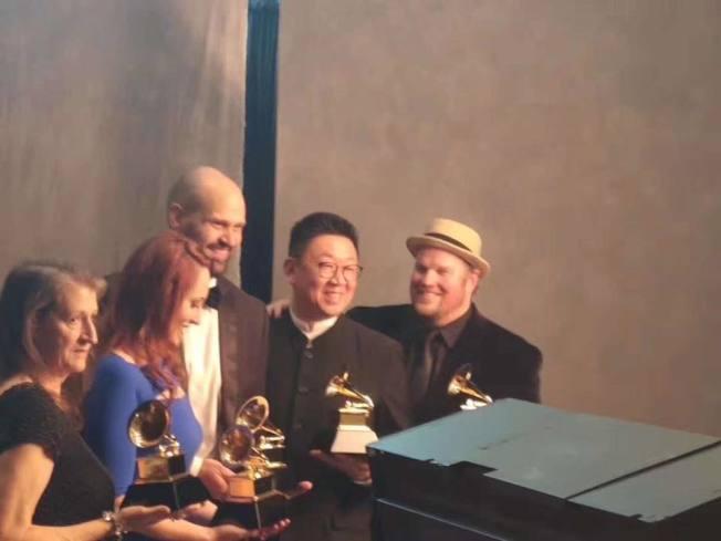吳蔚(右二)和團隊在葛萊美獎頒獎式上受獎。(吳蔚臉書)
