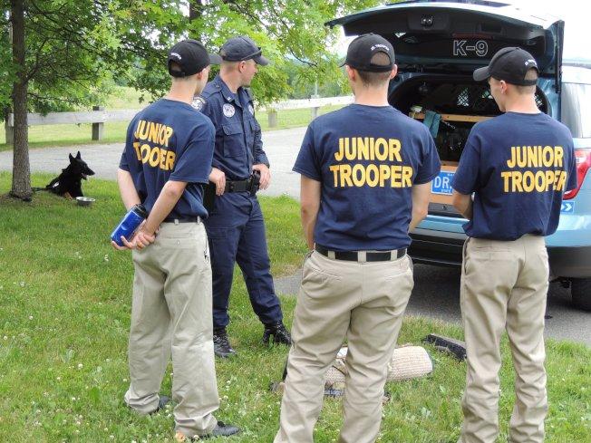 緬因州人口老齡化危機,警察和消防員等職位招人不易。圖為緬因州警舉辦高中生培訓項目。(取自緬因州警臉書)