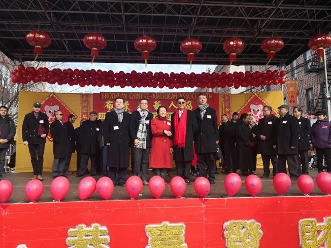 徐儷文(前排左三)等人向布碌崙華裔民眾拜年。(記者黃伊奕/攝影)