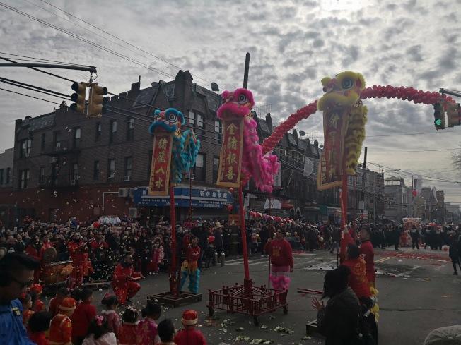 舞獅隊在向民眾送祝福。(記者黃伊奕/攝影)