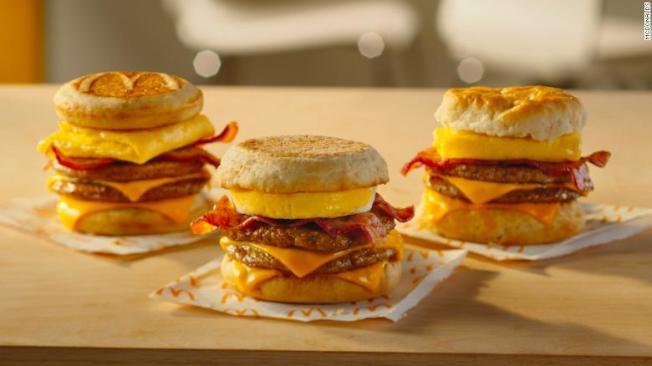 三層早餐三明治(Triple Breakfast Stacks)是上季銷售成長的最大貢獻者。(麥當勞)