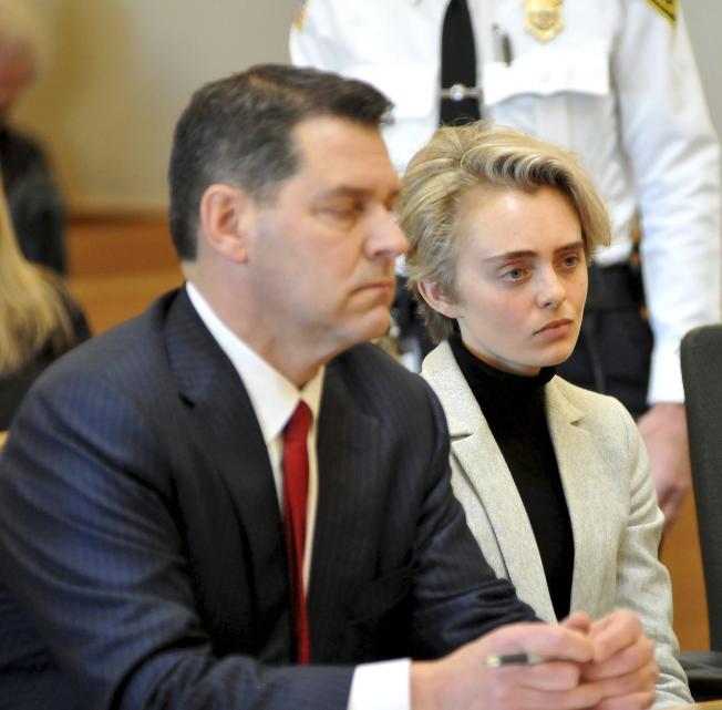 鼓勵男友自殺的麻州22歲女子米歇爾·卡特(右)11日入監服刑,左為她的律師。(美聯社)