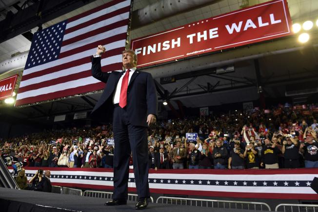 正值川普總統11日晚出席在德州艾爾帕索舉行邊界築牆造勢大會之際,華府傳來兩黨預算協商會議達成初協議,聯邦政府15日可能暫不闗門。  (美聯社)