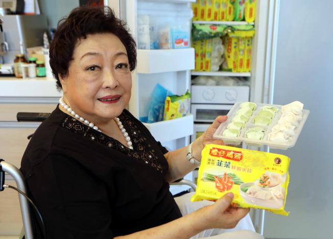 香港知名水餃品牌「灣仔碼頭」創辦人、人稱「水餃皇后」的臧健和11日逝世,享年73歲。圖為2017年她在香港家中接受新華社專訪。(新華社資料照片)