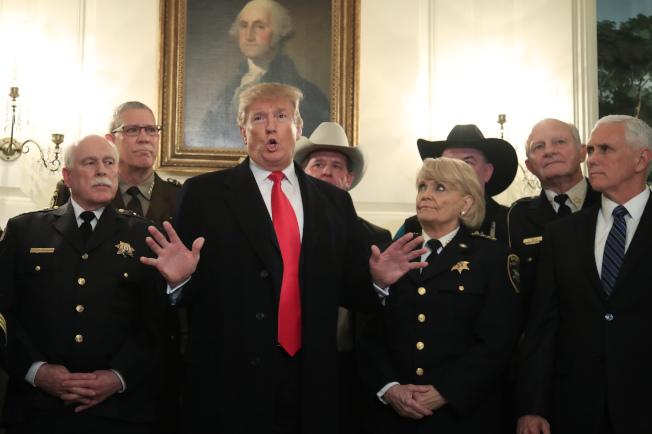 川普總統11日簽署行政命令,指示聯邦部會優先研發AI。圖為川普11日下午在白宮與來自全國的警察局長開會,商談移民與治安問題。(美聯社)