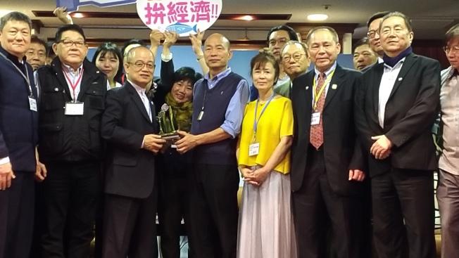 上海台商組投資考察團11日到高雄拜會市長韓國瑜(前左四),很多台商還自製標語牌子表達對韓國瑜的支持。(記者蔡孟妤/攝影)