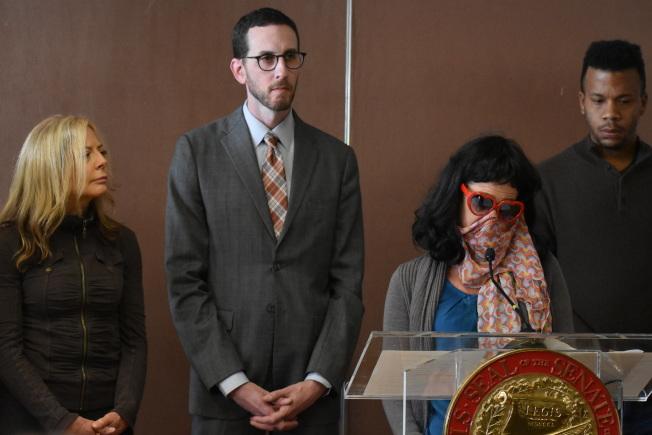 不願露面以圍巾遮臉的華裔性服務者(右二),公開支持州參議員威善高(左二)提出的保護性服務者免受刑事檢控的法案。(記者李秀蘭/攝影)
