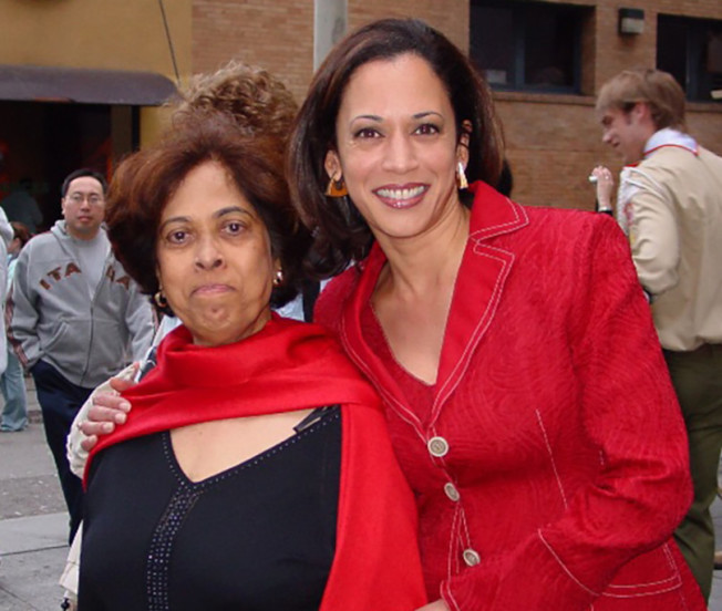 賀錦麗(右)與母親於2007年參加舊金山華埠新年活動的情形。(賀錦麗提供)