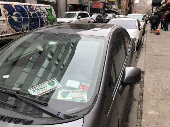華埠巴士打街和茂比利街(Mulberry St.)停車位經常停放使用特權停車證的車輛。(記者顏嘉瑩/攝影)