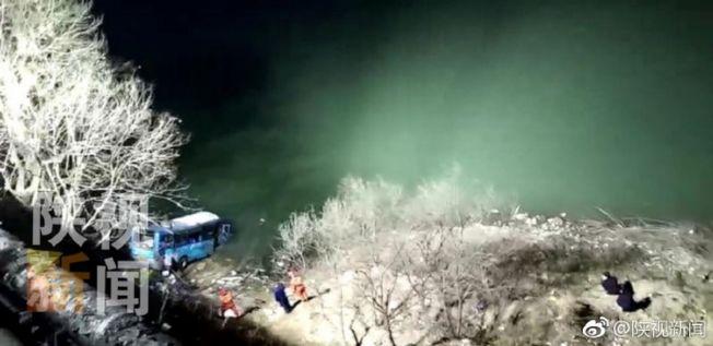 陝西漢中寧強縣一輛12路公車行駛到陽平關鎮時,忽然失控衝向路邊,撞斷公路護欄後墜入嘉陵江中。(取材自陝視新聞)