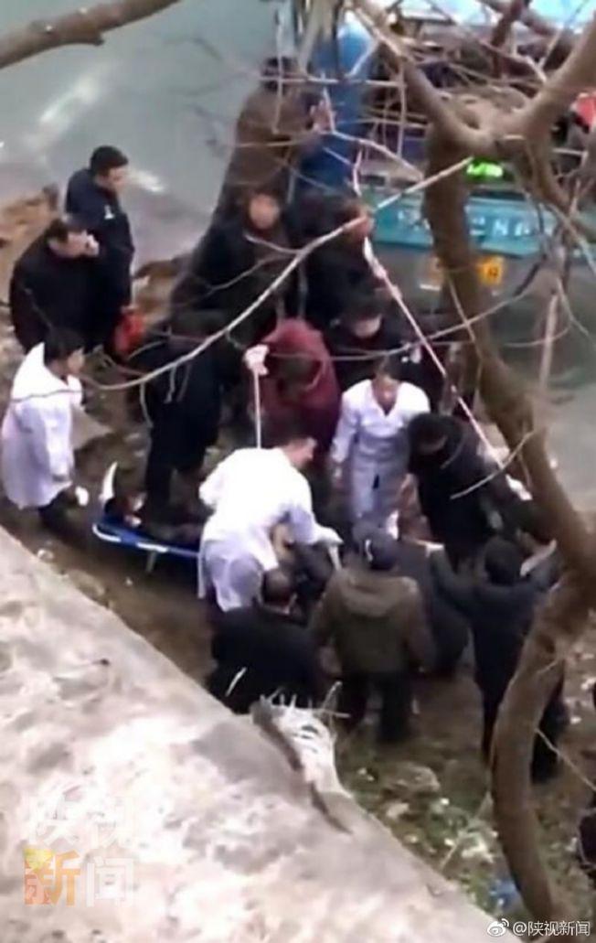 傷者被救。 (取材自陝視新聞)