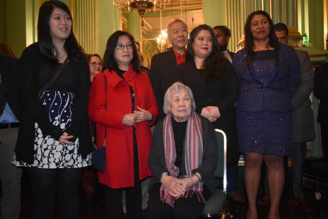 市長布里德(右一)、李孟賢母親陳雅貞(中)、夫人林進敏(左二)、女兒李應鈺(右二)和李明慧(左一)等出席了影片放映前的招待會。(記者黃少華/攝影)