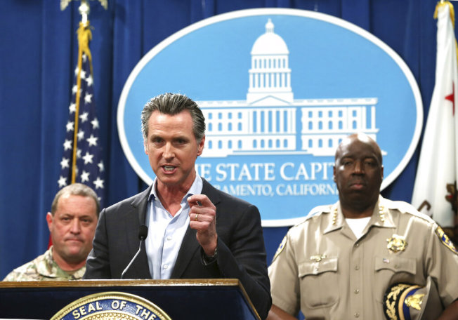 加州州長紐森11日宣布將裁撤加州邊境大部分的兵力。(美聯社)