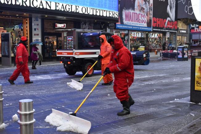 紐約市12日再迎雨夾雪,清潔人員當日下午在清掃時報廣場的積雪。(記者顏嘉瑩/攝影)