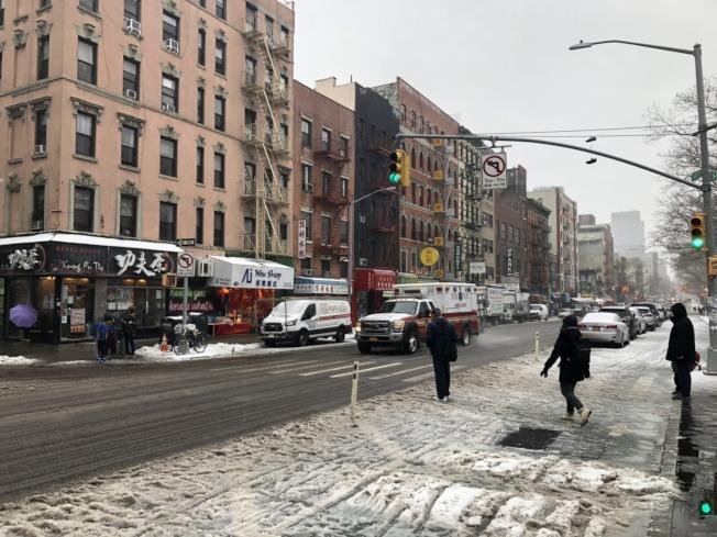 紐約12日再迎大雪,當日下午轉成雨夾雪,讓紐約市一片泥濘溼滑,行人、車輛上路小心翼翼。(記者洪群超/攝影)