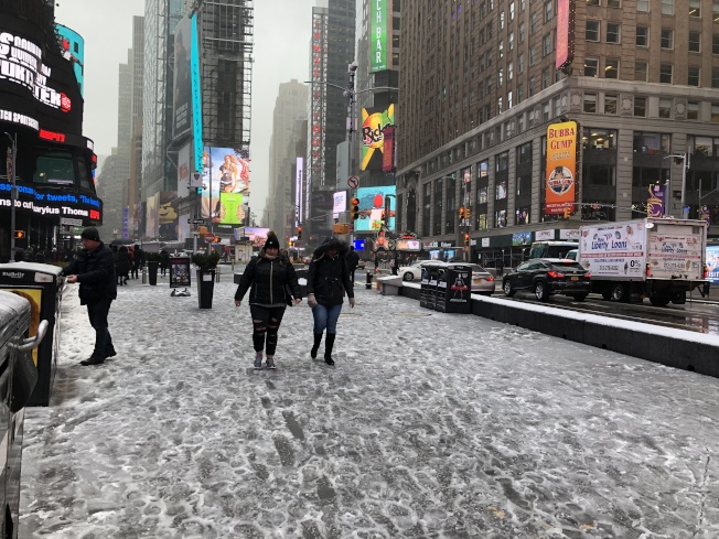 紐約12日再迎大雪,當日下午轉成雨夾雪,讓紐約市一片泥濘溼滑,行人、車輛上路小心翼翼。(記者顏嘉瑩/攝影)
