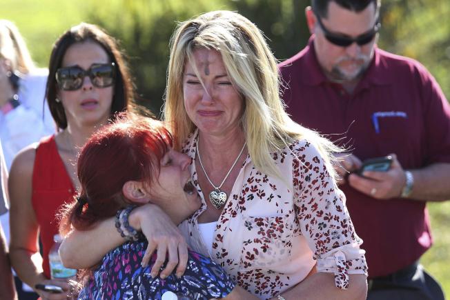 去年佛羅里達州帕克蘭高中發生槍擊案,高大的金髮女子博伊爾擁著嬌小的紅髮母親洛許哭泣的照片,一度廣為流傳。但兩人後來發現彼此的槍枝管制立場不同 ,而不再來往。(美聯社)