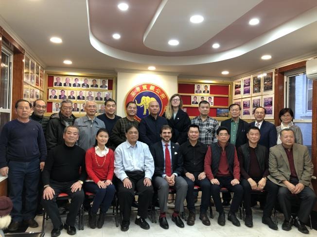 郭納德(前右五)感謝至孝篤親公所對他競選的支持。(記者金春香/攝影)
