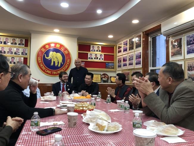 郭納德(左三)感謝至孝篤親公所對他競選的支持。(記者金春香/攝影)