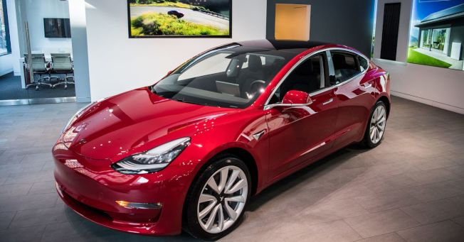 Model 3被選為消費者最滿意的車款,馬斯克得意分享喜悅。(Getty Images)