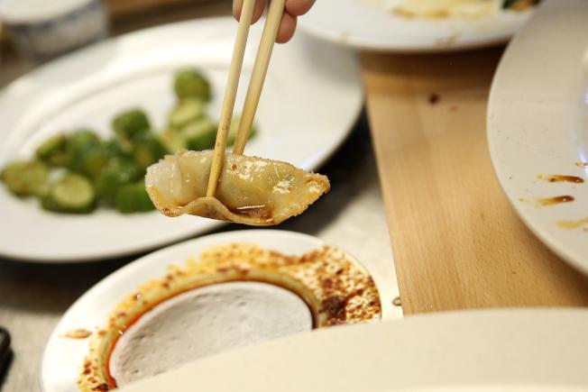 水餃的沾醬高油高鹽,且往往促使人吃下更多食物。(Getty Images)