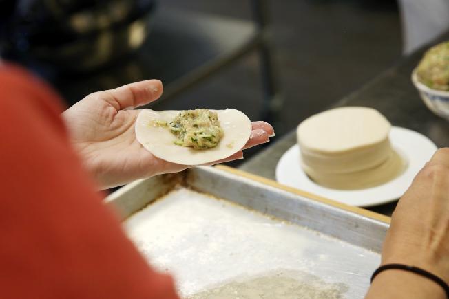 自己包水餃可以控制所用的餡料,降低熱量。(Getty Images)