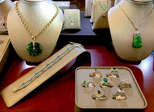 當鋪內展示的珠寶典當品。