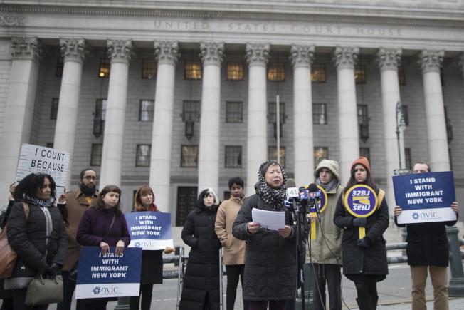 2020人口普查紐約協調員歐陽蕭安(中)和維權組織代表在紐約市聯邦大樓前面示威,抗議人口普查時審查公民身分。(美聯社)