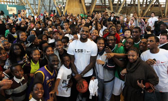 美國職籃(NBA)明星球員「詹皇」詹姆斯與耐吉簽有10億美元終身代言合約。 (Getty Images)