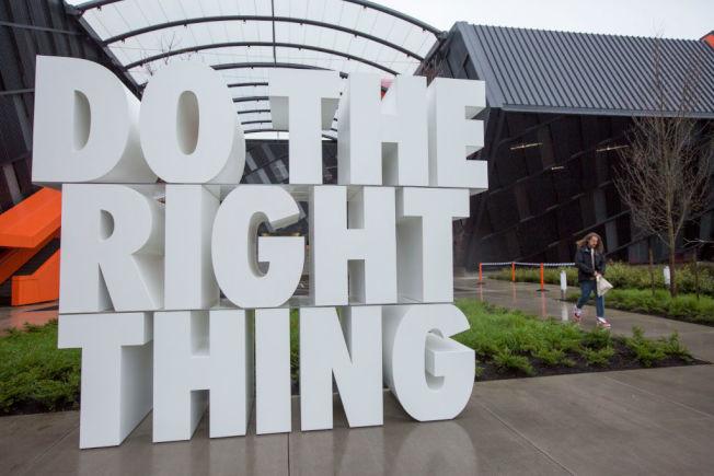 耐吉位於俄勒岡州比佛頓的企業總部,擺著「做對的事情」標語雕塑。(Getty Images)