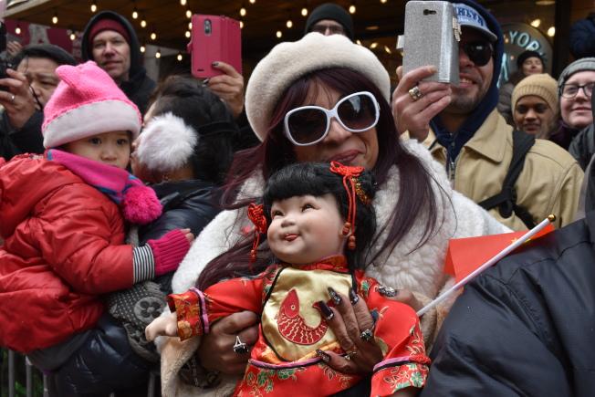 17日曼哈頓華埠舉辦新春大遊行,Olga Benitez特意帶著心愛的娃娃擠在人群中一起觀看遊行。(記者顏嘉瑩/攝影)