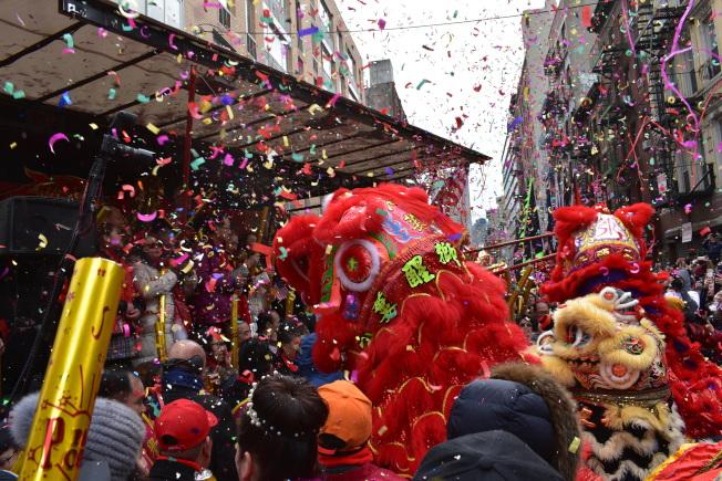 華埠新春大遊行17日中午熱鬧開鑼。(記者顏嘉瑩/攝影)
