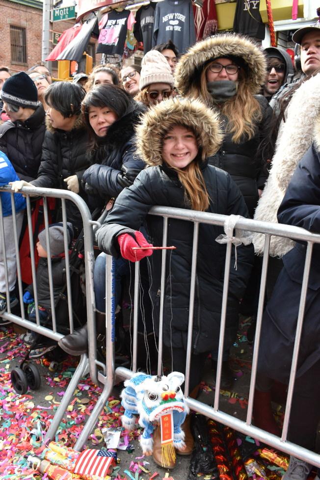 孩子們在街道兩旁歡迎遊行隊伍。(記者顏嘉瑩/攝影)
