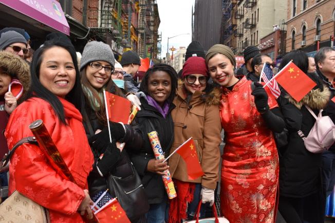 孫潔如(左一)積極邀請同事參加每年的新春大遊行。(記者顏嘉瑩/攝影)