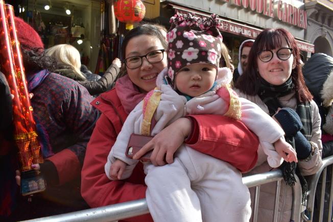 何Jenny帶著15個月大的女兒來看遊行。(記者顏嘉瑩/攝影)