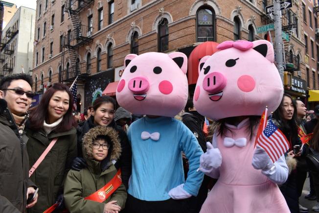 因應豬年,遊行隊伍中有裝扮成豬的吉祥物與民眾拍照。(記者顏嘉瑩/攝影)