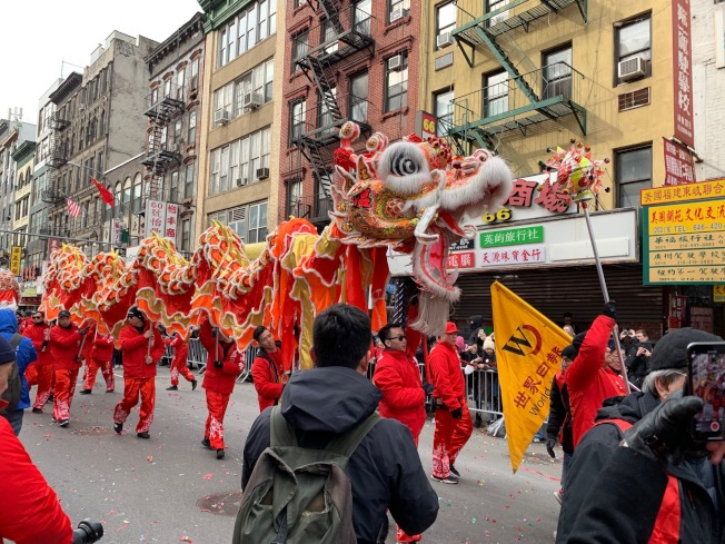 世界日報遊行隊伍的巨龍和醒獅穿梭隊伍之中,氣勢恢弘,引得圍觀民眾陣陣歡呼。(記者和釗宇/攝影)