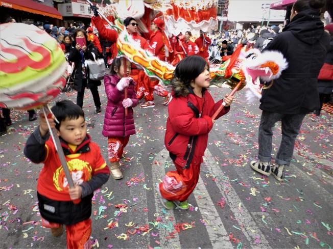 溫志明舞龍隊的小朋友飛舞小龍,動作可愛最受歡迎。(記者張宗智/攝影)