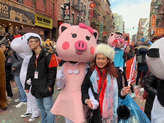 民眾踴躍參加遊行,歡慶豬年到來。(記者和釗宇/攝影)