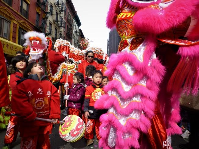 新春遊行隊伍中,世界日報的舞龍無獅帶來春節熱鬧氣氛,小朋友飛舞小龍動作可愛 。(記者張宗智/攝影)