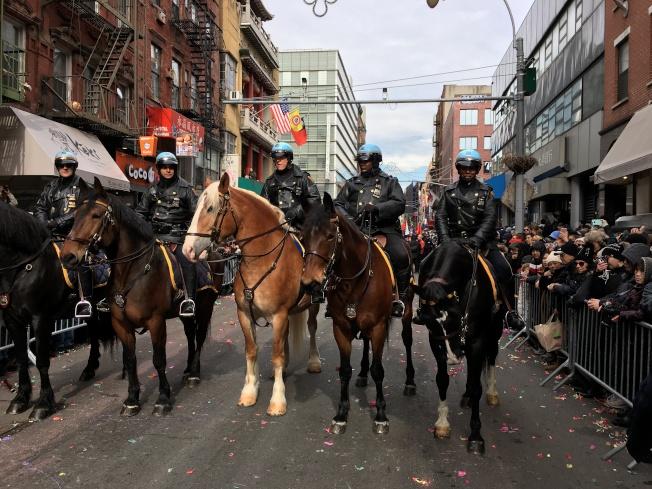 遊行隊伍以紐約市警總局及其樂隊為首,五名騎警為遊行開先鋒。(記者唐典偉/攝影)