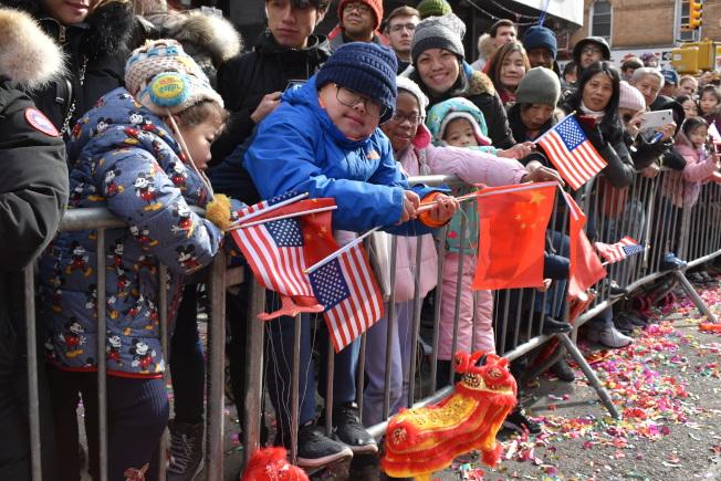 孩子們在兩旁歡迎遊行隊伍。(記者顏嘉瑩/攝影)