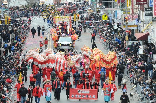 世界日報的花車由兩位財神爺開路,攜舞龍舞獅隊一起向大家拜年。(特約攝影記者許振輝/攝影)