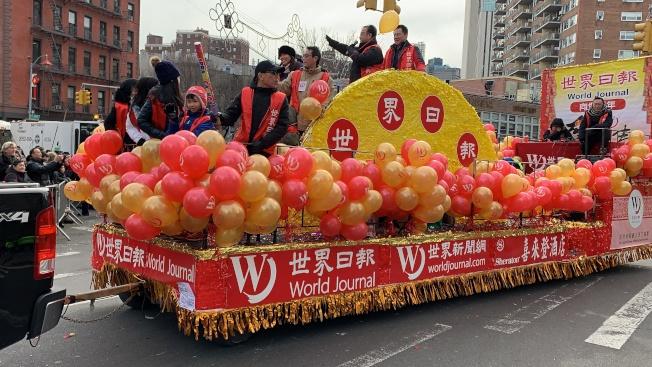 世界日報花車以紅色與金色氣球裝扮,並配金穗,彰顯喜慶吉祥。(記者和釗宇/攝影)