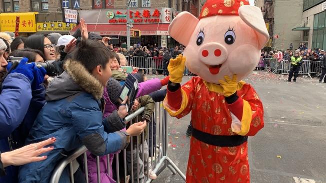 象征豬年的豬寶寶真人玩偶與觀眾互動。(記者和釗宇/攝影)