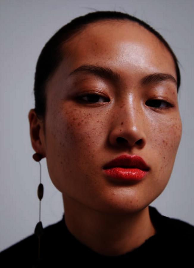 ZARA時尚網站使用這位中國模特兒,因為臉上有雀斑,在中國惹出爭議。(取自ZARA網站)