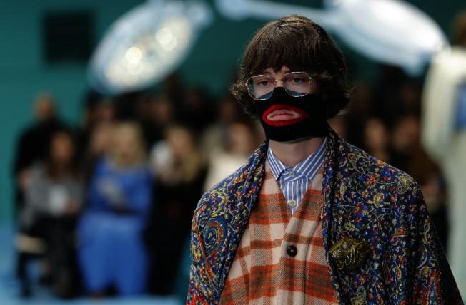 由Gucci 女性2018/2019的秋冬新潮款示的口罩,在捲入黑臉孔風波,被迫道歉不夠文化敏感。(美聯社)